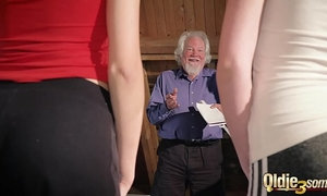 Kiara and Mia both fuck an old man and share his cum after a hot fuck xVideos