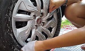 Sol  lavando seu carro em casa