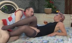 Tempting Short-Haired MILF Licks And Sucks Young Glans AnalDin