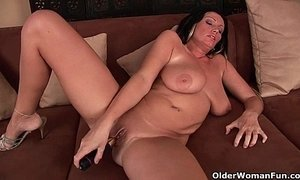 Big boobed soccer mom is toying her mature pussy xVideos