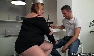 Horny fat girl seduces a man xVideos