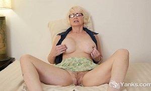 Mature Eden Masturbating Her Pussy xVideos