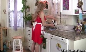 Mom gets overwhelmed by her throbbing pussy in the kitchen xVideos